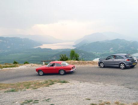 twee auto's onderweg door de bergen tijdens een autorit van seniorenautovakanties