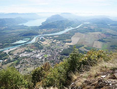 uitzicht onderweg vanaf een berg autorit met seniorenautovakanties