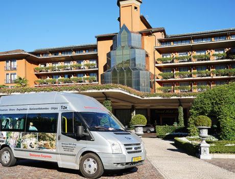 bus seniorenautovakanties bij een hotel