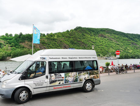 minibus van seniorenautovakantie op locatie voor een vakantie