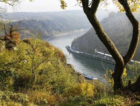 uitzicht onderweg op een rivier en bergen, autorit met seniorenautovakanties