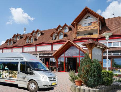 Senioren Autovakantie Weinstrasse bij een hotel