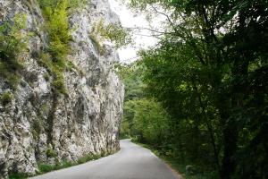 rijden door de bergen en langs rotsen met NRS