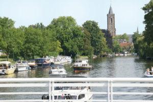 uitzicht op een vaart in Nederland tijdens een vakantie van seniorenautovakanties
